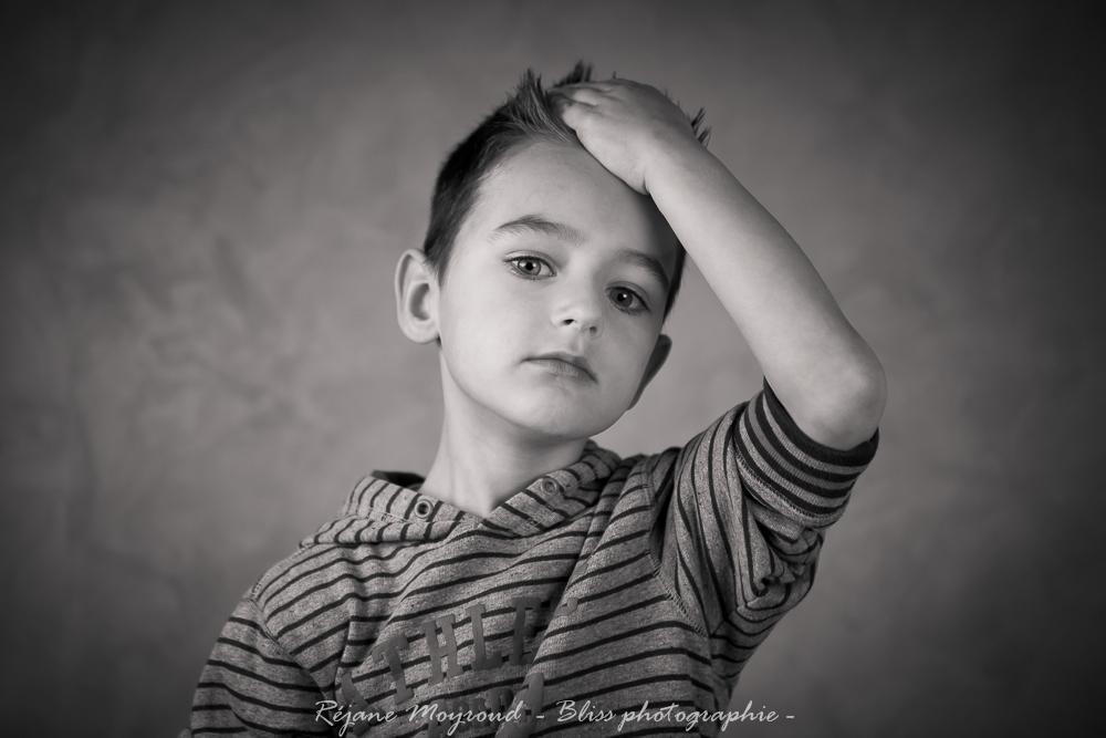 Enfance au studio photographe professionnelle hugo - Photo noir et blanc enfant ...